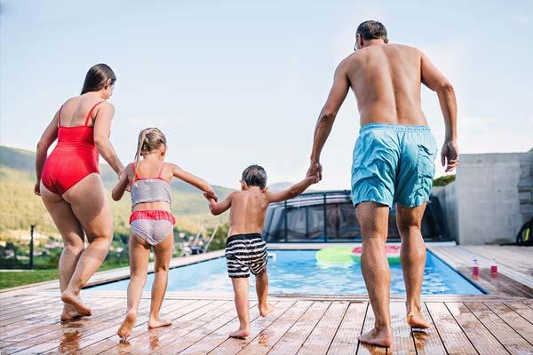 Familie springt in Gartenpool