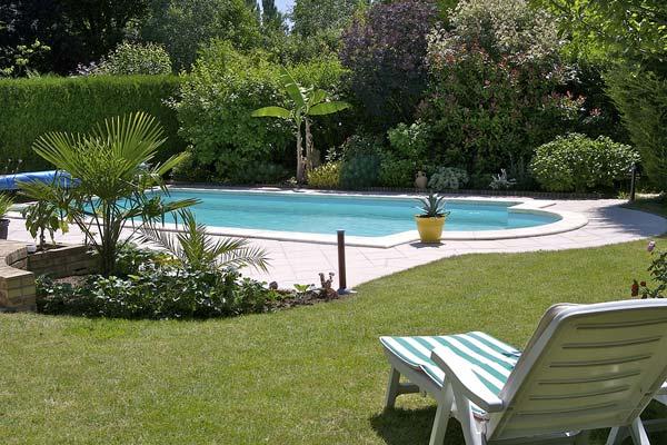 Gartenliege am Pool